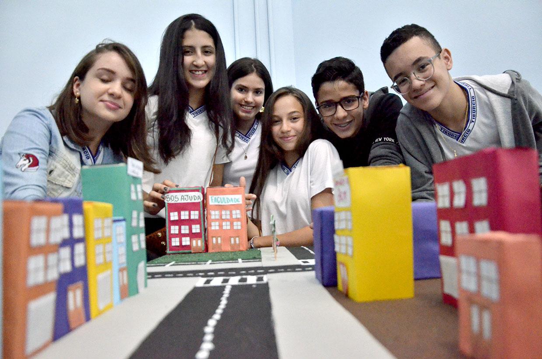 Alunos do 'Jovem Desenvolve' visitam prédio do Facilita