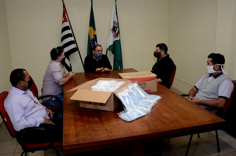 Prefeitura recebe doação de cestas básicas e máscaras de proteção