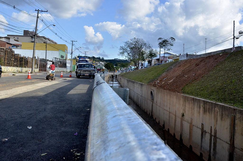 Avenida Bertioga ganha quase 2 km de defensas metálicas