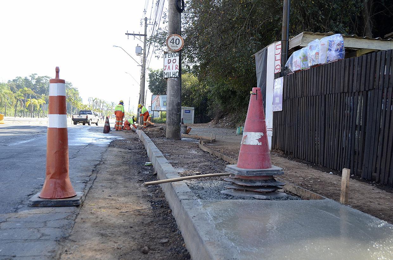 Programa Novos Caminhos avança com trabalho de drenagem e calçamento