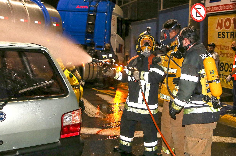 Prefeitura faz treinamento contra acidentes químicos na Avenida Bertioga