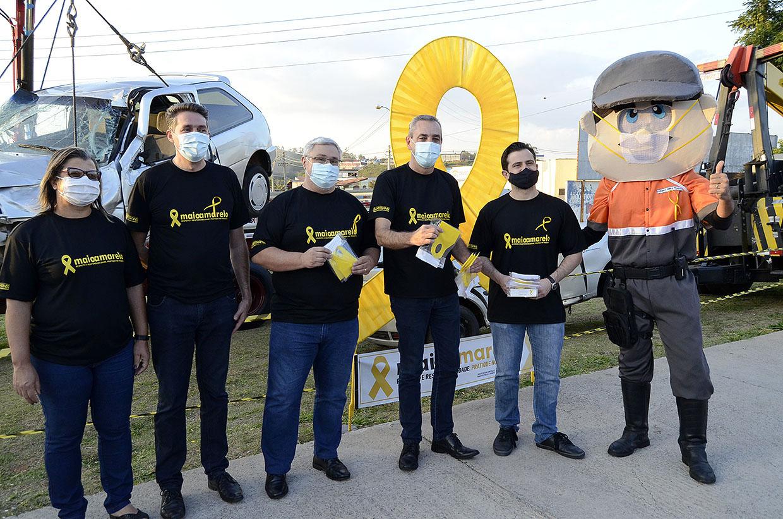Prefeitura dá início ao Maio Amarelo com distribuição de máscaras no Centro de Várzea Paulista
