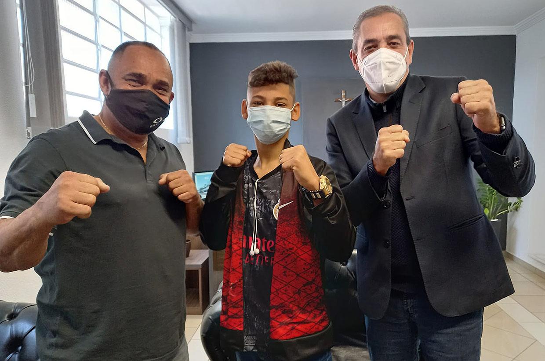 Prefeito recebe lutador de K1 que representará Várzea Paulista no campeonato sul-americano