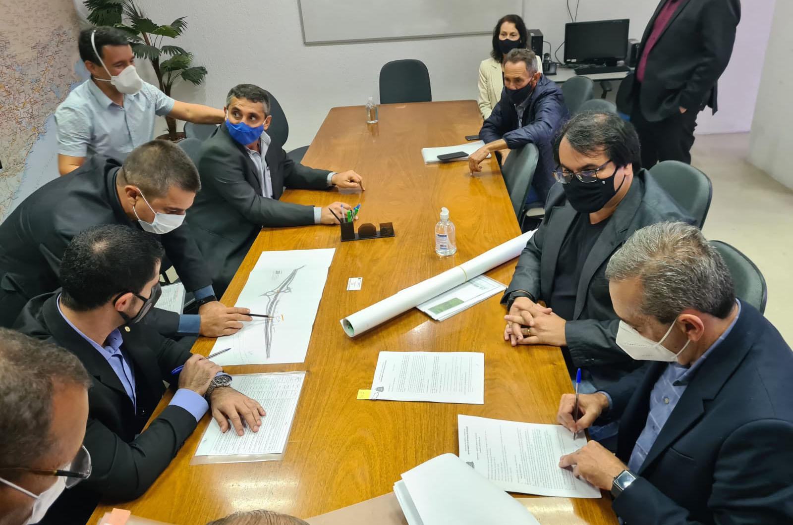 Prefeito assina liberação das obras da Marginal do Rio Jundiaí