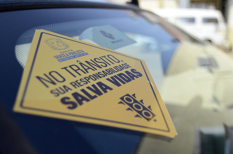 Unidade Gestora de Trânsito distribui adesivos para carros, em ação de conscientização