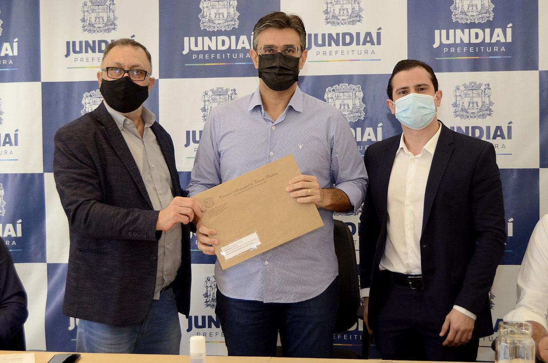 Cidadãos varzinos recebem cartões do programa Bolsa do Povo