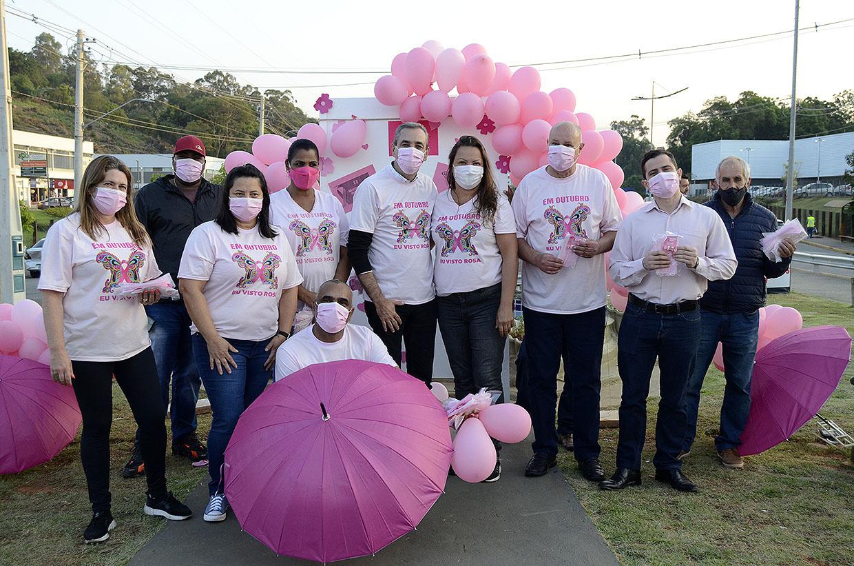 População recebe máscaras e conscientização sobre o câncer de mama, em Pedágio Rosa varzino